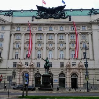 Le bâtiment du ministère des Finances autrichien était à l'origine un ministère de la Guerre. Tu vois ?