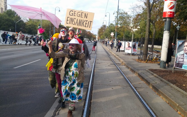 Les clowns mènent la marche contre l'interdiction de la burqa dans les rues de Vienne - sur fonds de campagne