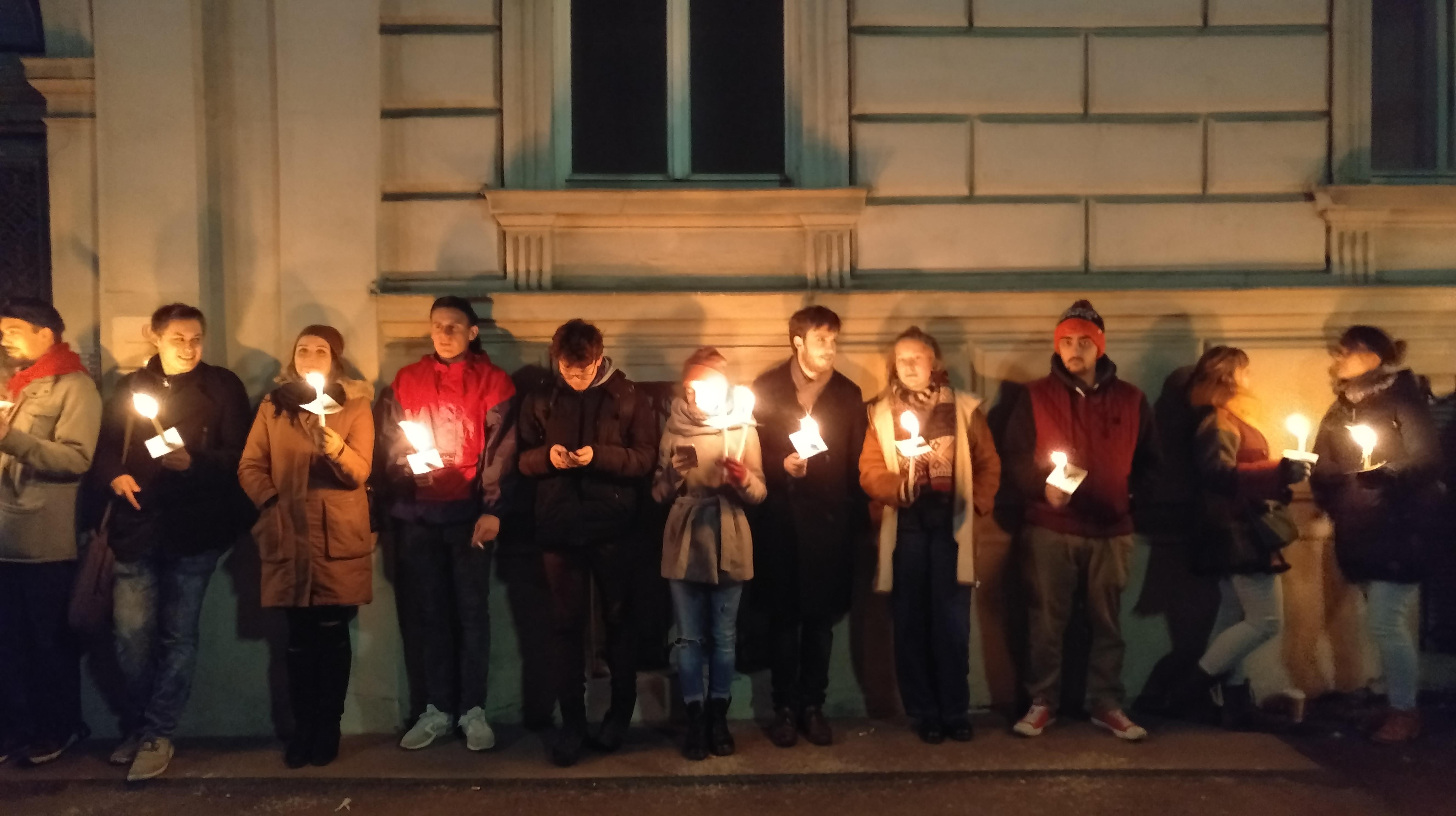 Une chaîne de lumière pour protéger le quartier ministériel des ministres du FPÖ.