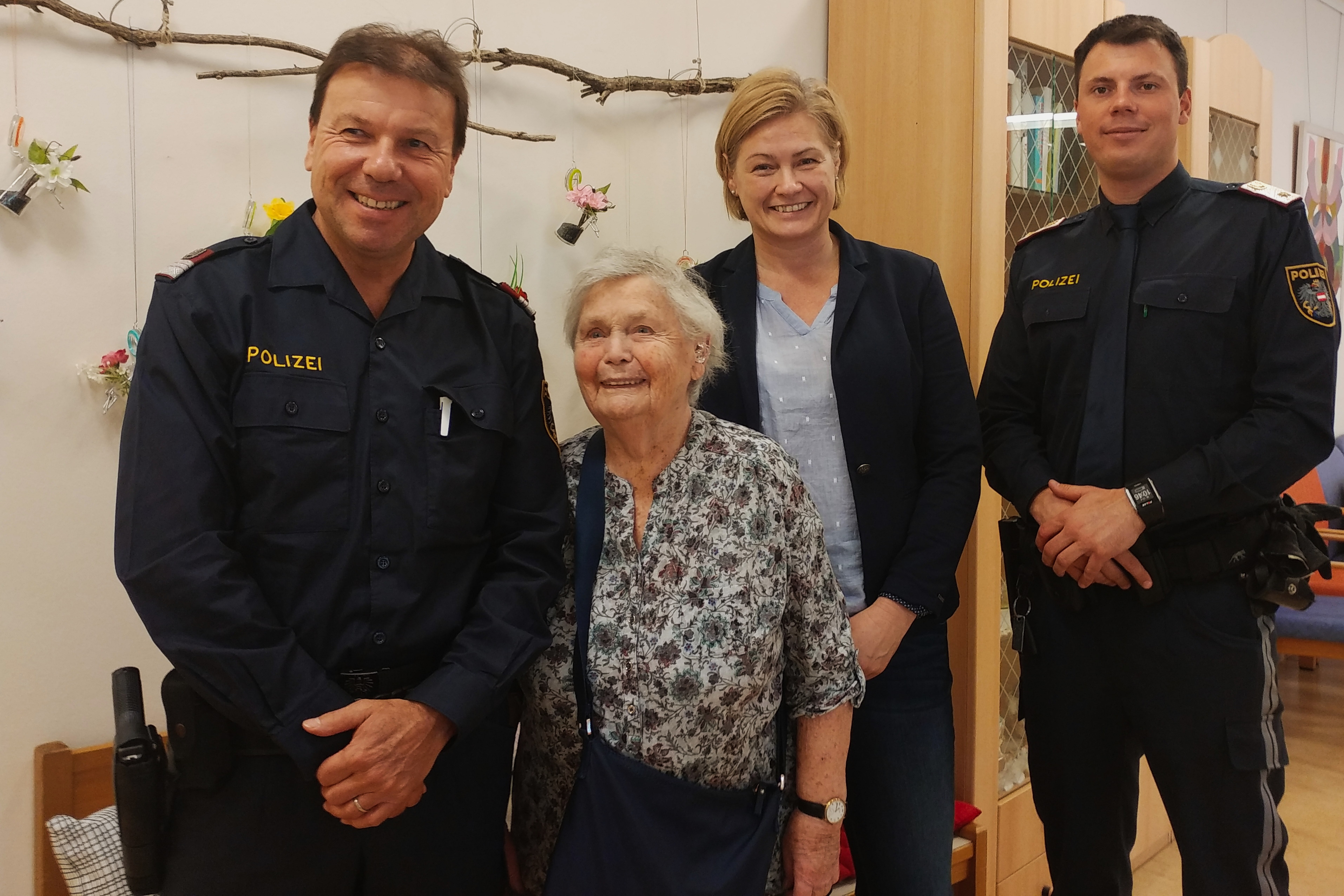 inspecteur Moser, Wilhelmina, directrice, inspecteur Gobold
