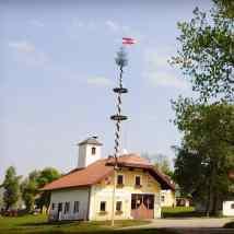 """Un """"arbre de mai"""" dans le village de Palmsdorf en Haute-Autriche"""