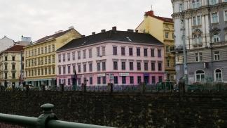 Sur les bords de la Vienne, la Villa Violette Rose Turquoise est un centre historique de la communauté LGBT+ viennoise.